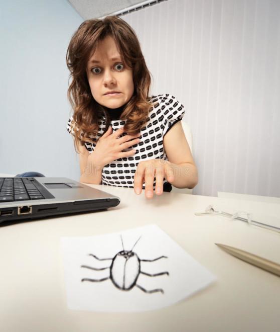 Женщина вспугнула с бумажным тараканом