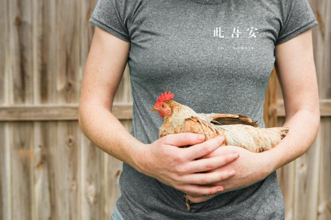 Курица в руках у девушки
